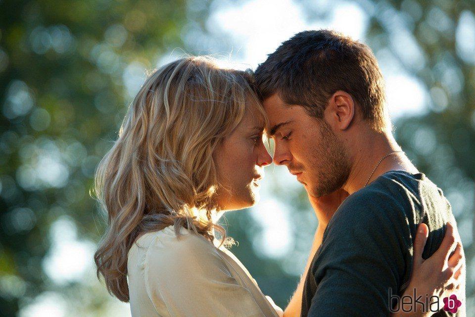Taylor Schilling y Zac Efron en 'Cuando te encuentre'