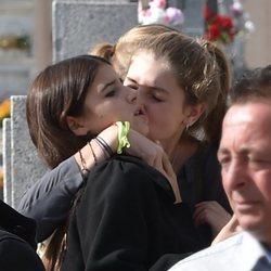 Amina Martinez de Irujo besa cariñosamente a su prima, Tana Rivera