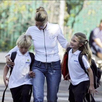 Genoveva Casanova recoge a sus hijos Luis y Amina Martínez de Irujo a la salida del colegio en Madrid