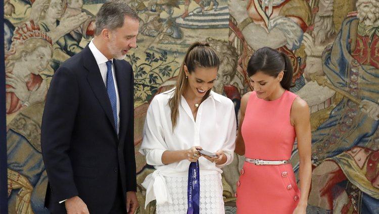 Ona Carbonell muestra sus medallas a los Reyes de España