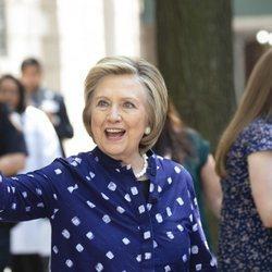Hillary Clinton saluda feliz a los periodistas