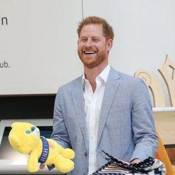 El Príncipe Harry recibe regalos para su hijo Archie