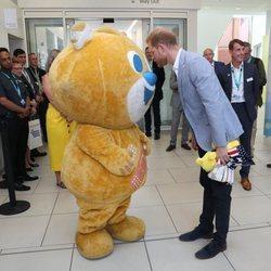 El Príncipe Harry conoce a la mascota del Sheffield Children's Hospital