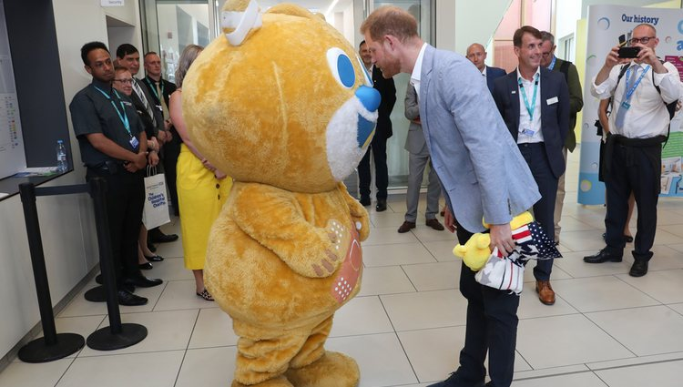 El Príncipe Harry conoce a la mascota del Sheffield Children's Hospital
