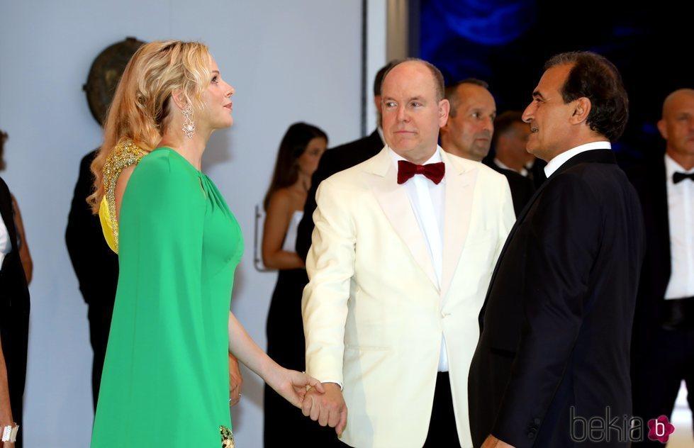 Charlene y Alberto de Mónaco de la mano saludando a los invitados