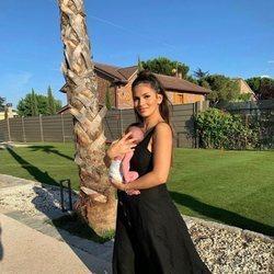 Sara Sálamo con su hijo Theo cogido en brazos
