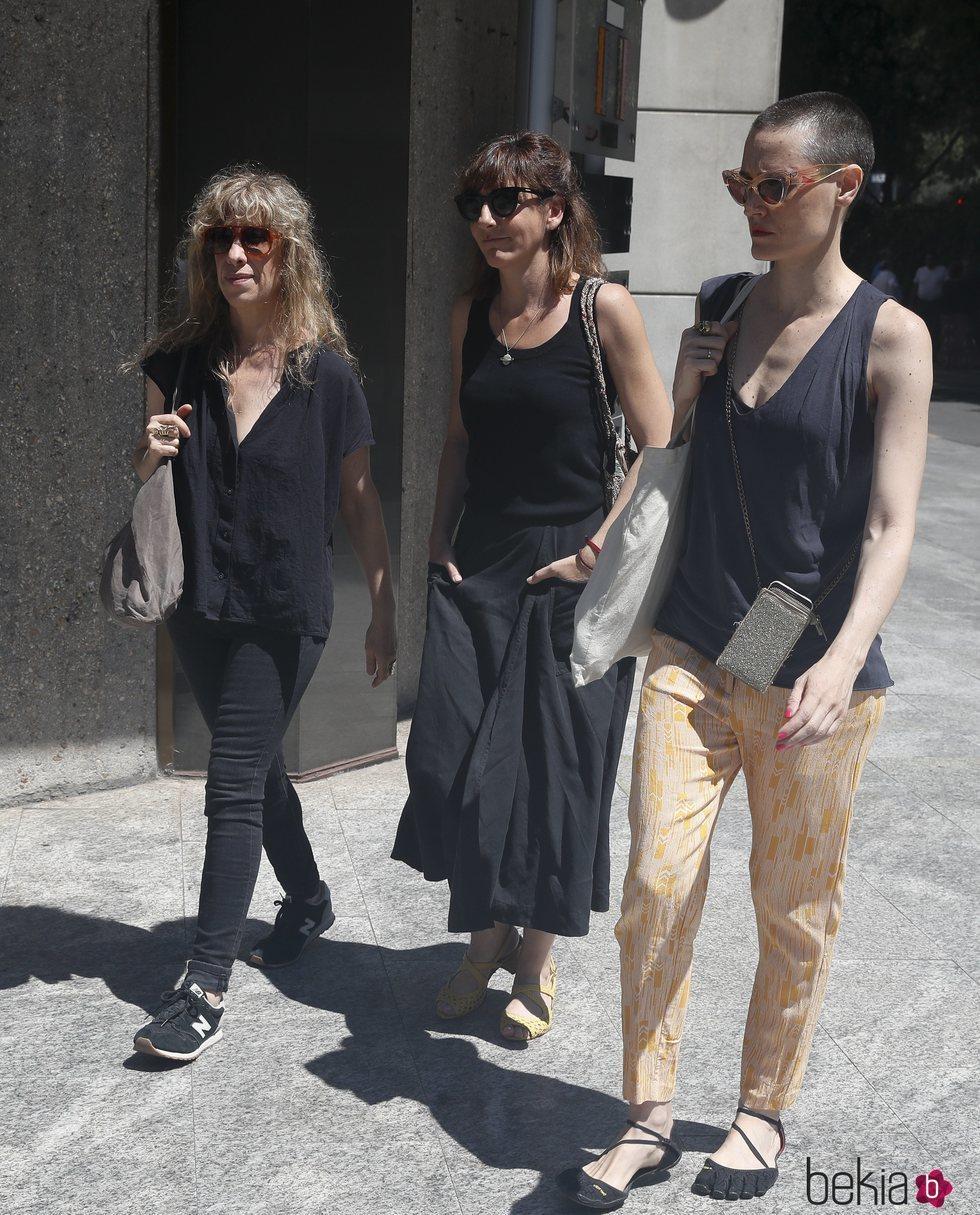 Laura Pamplona, Nathalie Seseña y Malena Alterio en la capilla ardiente de Eduardo Gómez