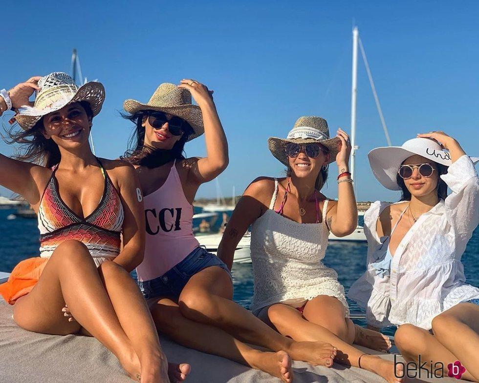 Antonella Roccuzzo, Daniella Semaan y su hija junto a Sofía Balbi en Ibiza posando con un sombrero