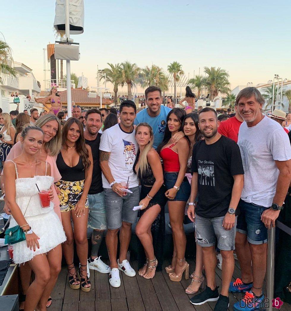 Antonella Roccuzzo, Leo Messi, Sofía Balbi, Luis Suárez, Jordi Alba, Romarey Ventura, Daniella Semaan y Cesc Fàbregas en Ibiza