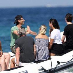 Adrien Brody con Natasha Poly y su marido Peter Bakker en una lancha en St Tropez