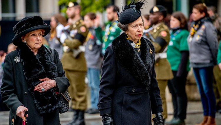 Lady Elizabeth Anson y la Princesa Ana en el funeral del Gran Duque Juan de Luxemburgo
