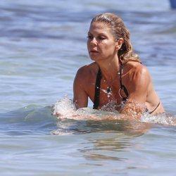 Makoke dándose un chapuzón en una playa de Ibiza