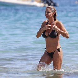 Makoke, relajada en una playa de Ibiza