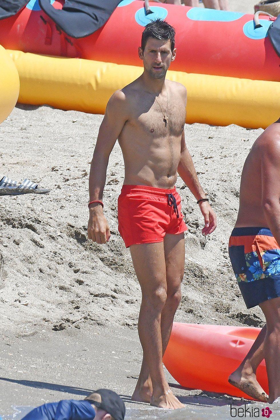 Novak Djokovic con el torso desnudo en Marbella