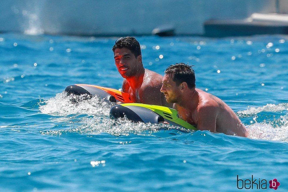 Luis Suárez y Leo Messi divirtiéndose en el mar de Ibiza