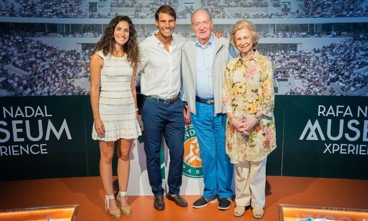 Los Reyes Juan Carlos y Sofía con Rafa Nadal y Xisca Perelló en su visita a la academia de Rafa Nadal