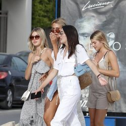 Victoria y Cristina Iglesias con unos amigos en Ibiza