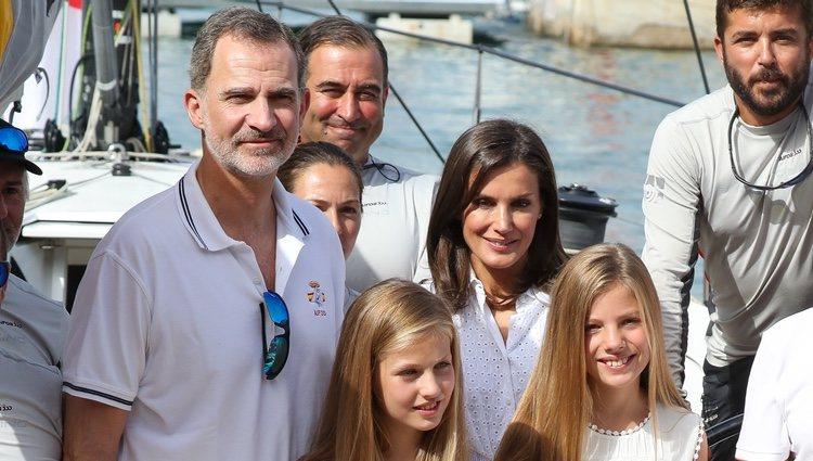 Los Reyes Felipe y Letizia, la Princesa Leonor y la Infanta Sofía a bordo del Aifos