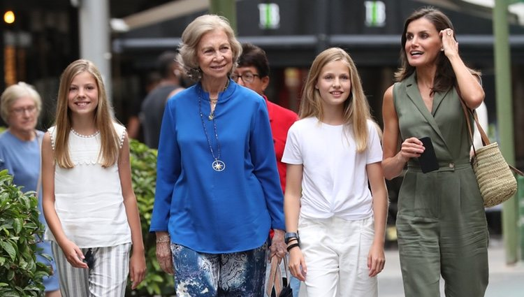 La Reina Letizia, la Princesa Leonor, la Infanta Sofía y la Reina Sofía en el cine en Palma