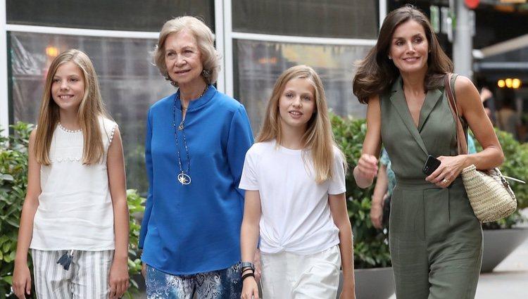 La Reina Sofía con la Reina Letizia, la Princesa Leonor y la Infanta Sofía tras ir al cine en Palma