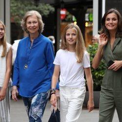 La Reina Letizia, la Princesa Leonor, la Infanta Sofía y la Reina Sofía, de paseo por Palma tras haber ido al cine