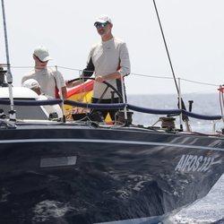 El Rey Felipe patroneando el Aifos en la Copa del Rey de Vela 2019