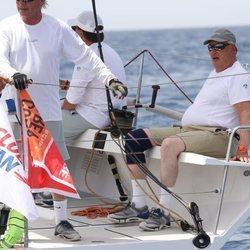 Harald de Noruega sentado en el Fram XVIII en la Copa del Rey de Vela 2019