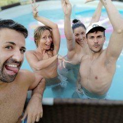 Rosa López y Vero Romero haciendo topless con unos amigos