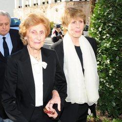 Mercedes Milá con su madre en el funeral de su padre