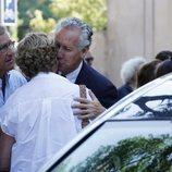 Mercedes Milá y Lorenzo Milá se saludan en el funeral de su madre