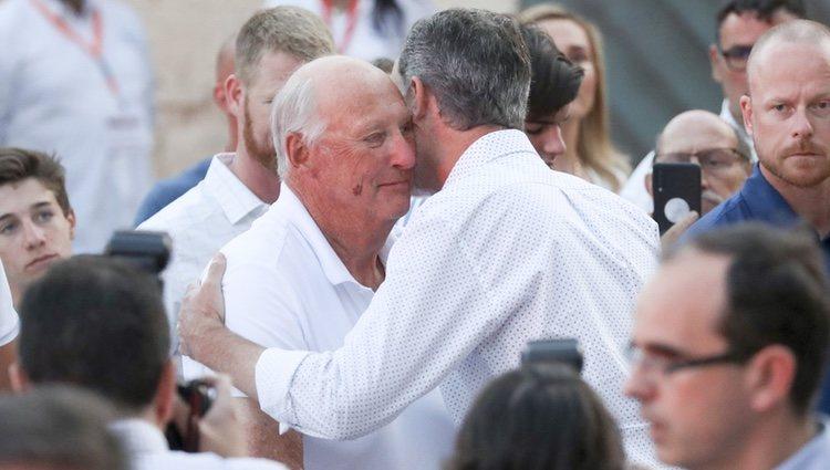 El Rey Felipe y Harald de Noruega se abrazan en la entrega de trofeos de la Copa del Rey de Vela 2019