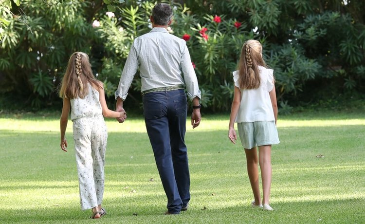 El Rey Felipe camina con la Princesa Leonor y la Infanta Sofía en su posado de verano 2019