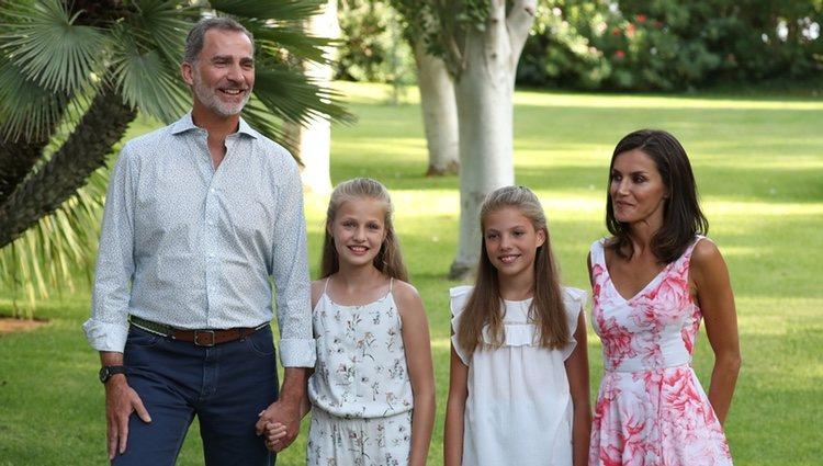 Los Reyes Felipe y Letizia, la Princesa Leonor y la Infanta Sofía, muy sonrientes en su posado de verano 2019 en Marivent