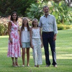 Los Reyes Felipe y Letizia, la Princesa Leonor y la Infanta Sofía en su posado de verano 2019 en Marivent