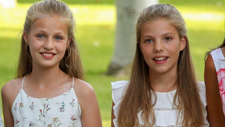 La Princesa Leonor y la Infanta Sofía, muy sonrientes en su posado de verano 2019 en Marivent