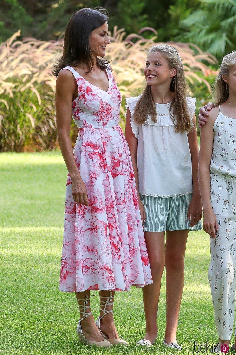 La Reina Letizia y la Infanta Sofía, muy cómplices en su posado de verano 2019 en Marivent