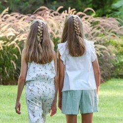 La Princesa Leonor y la Infanta Sofía caminando en su posado de verano 2019 en Marivent