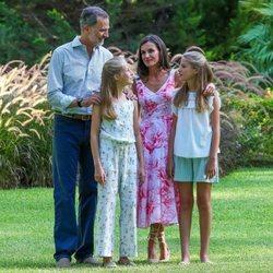 Los Reyes Felipe y Letizia, la Princesa Leonor y la Infanta Sofía, muy cómplices en su posado de verano 2019 en Marivent