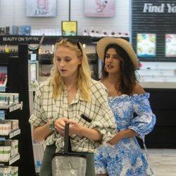 Sophie Turner y Priyanka Chopra de compras por Florida