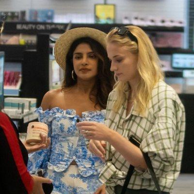 Sophie Turner y Priyanka Chopra juntas en Florida