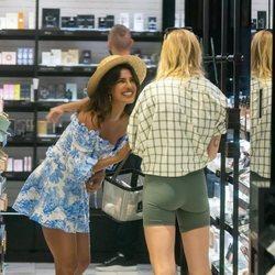 Sophie Turner y Priyanka Chopra comprando juntas en Miami