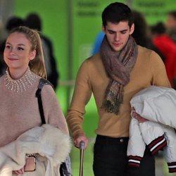 Ester Expósito y Álvaro Rico en el aeropuerto de Madrid