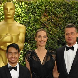 Brad Pitt y Angelina Jolie con Maddox Jolie-Pitt en los Governos Awards 2013
