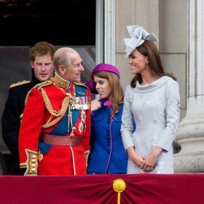La Reina Isabel, el Duque de Edimburgo, el Príncipe Guillermo, Kate Middleton, el Príncipe Harry y la Princesa Beatriz de York en 2012
