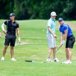 Joe Jonas y Nick Jonas jugando al golf
