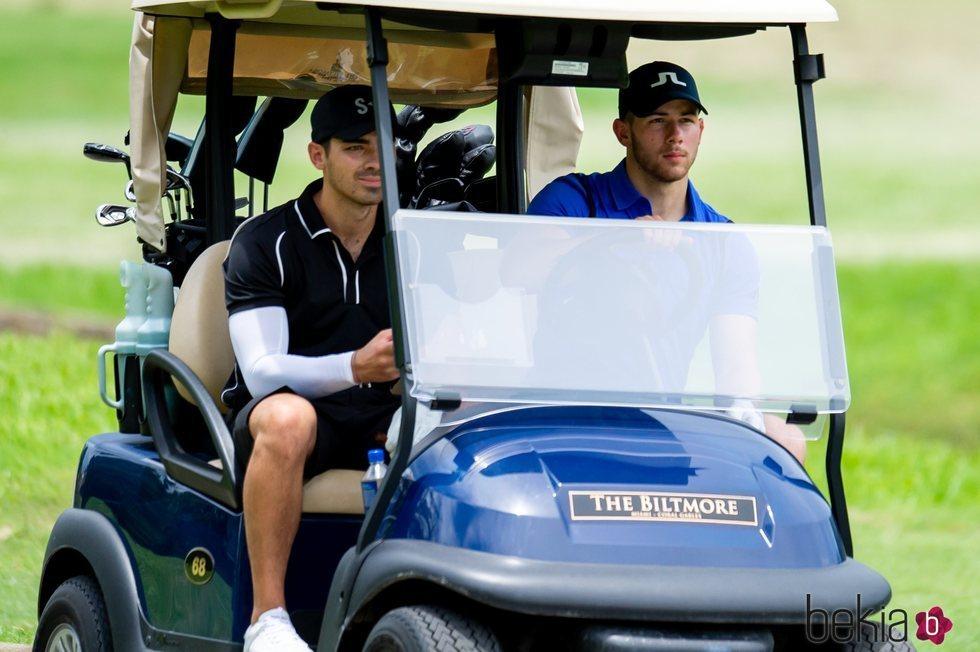 Nick Jonas y Joe Jonas en un carro de golf en Miami