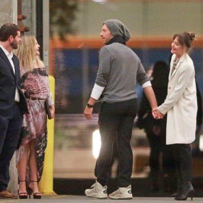 Dakota Johnson y Chris Martin juntos de la mano