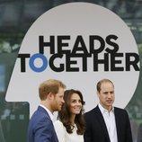 El Príncipe Guillermo, Kate Middleton y el Príncipe Harry en un acto de Heads Together