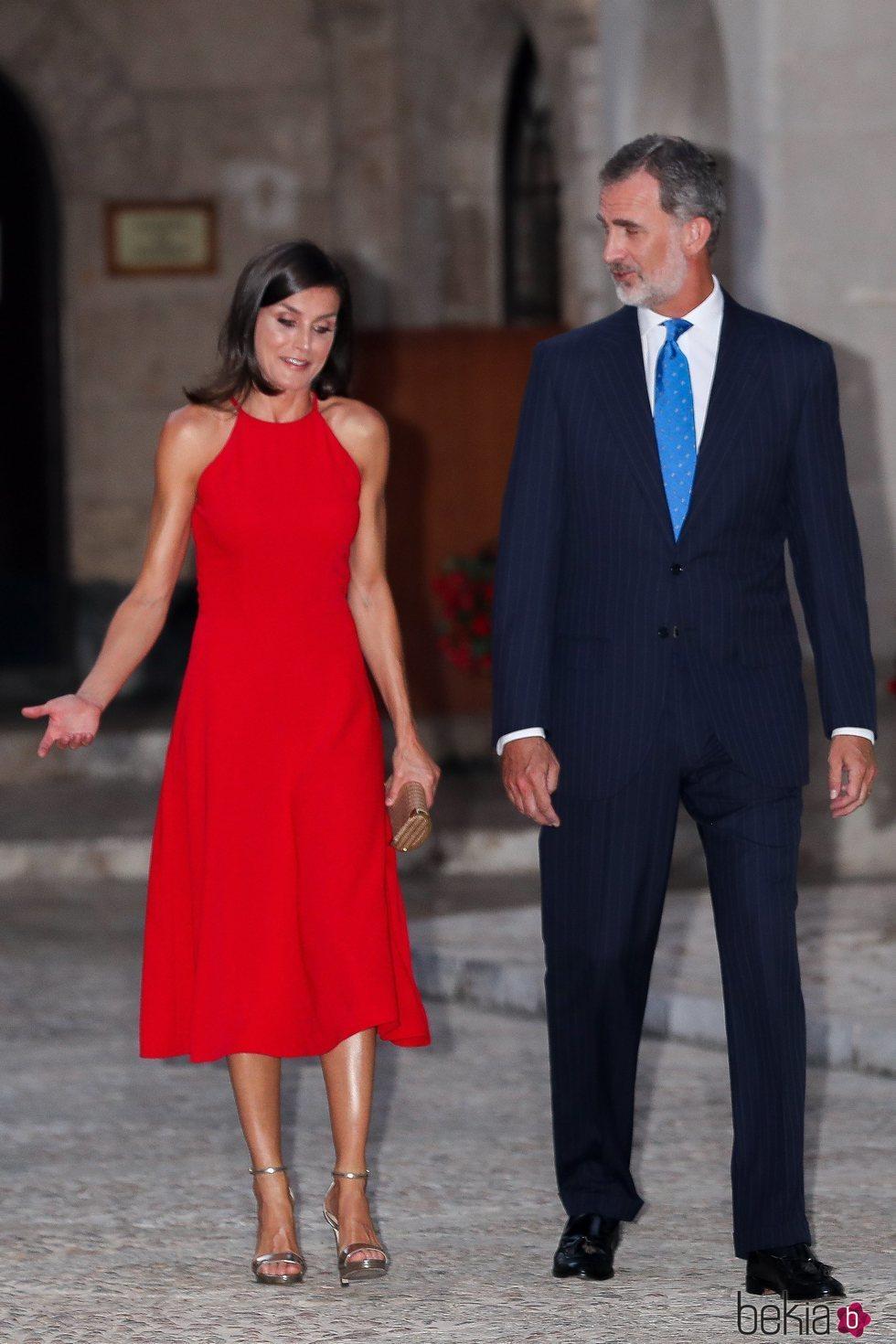 El Rey Felipe y la Reina Letizia charlando en la repceción del Palacio de la Almudaina en Mallorca del verano 2019