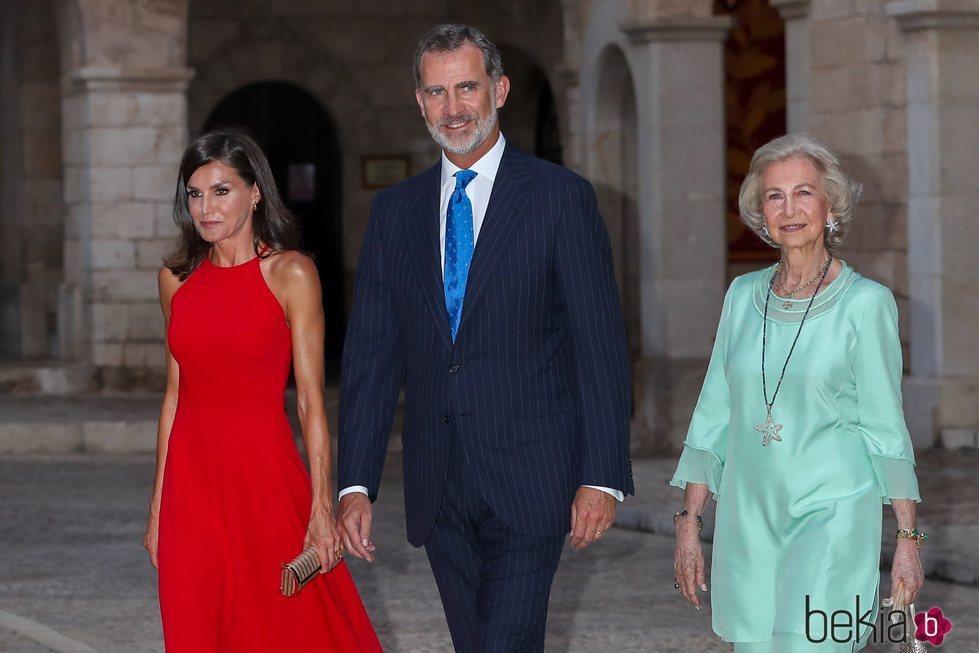 La Reina Letizia, el Rey Felipe y la Reina Sofía acudiendo a la recepción del Palacio de la Almudaina en Mallorca del verano 2019